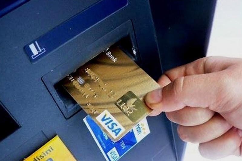 стоит как правильно вставлять карту в банкомат фото бесплатную